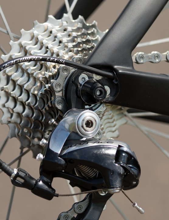 We like it when internal cable routing is done right. Note the clean and short cable exit for the gear cable