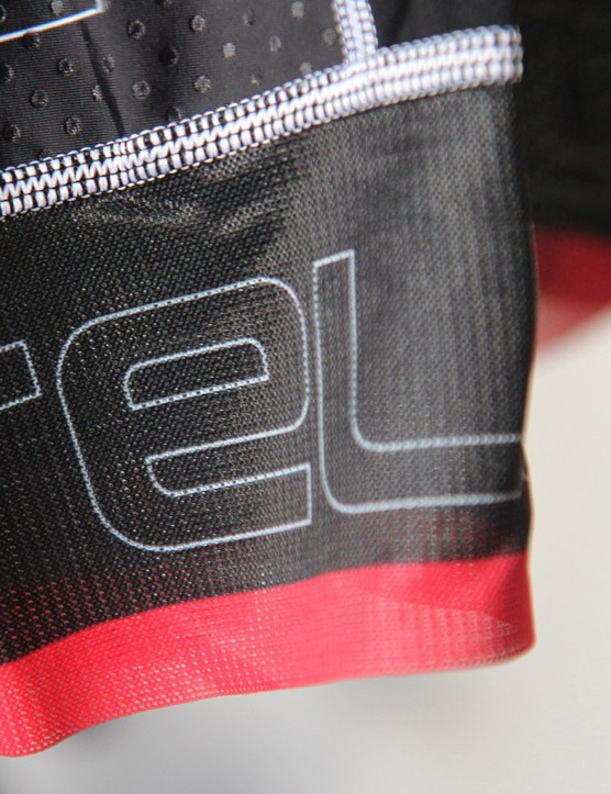 Castelli uses long mesh bands at the hem instead of heavy silicone grippers