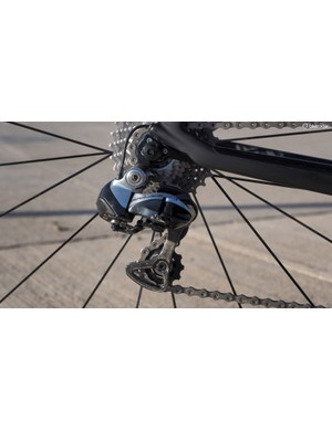 A Shimano Dura-Ace Di2 9070 electronic transmission delivers the usual consistent and fast shift performance
