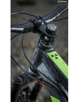 A 60mm stem and 760mm bars offer snappy handling and surefooted steering