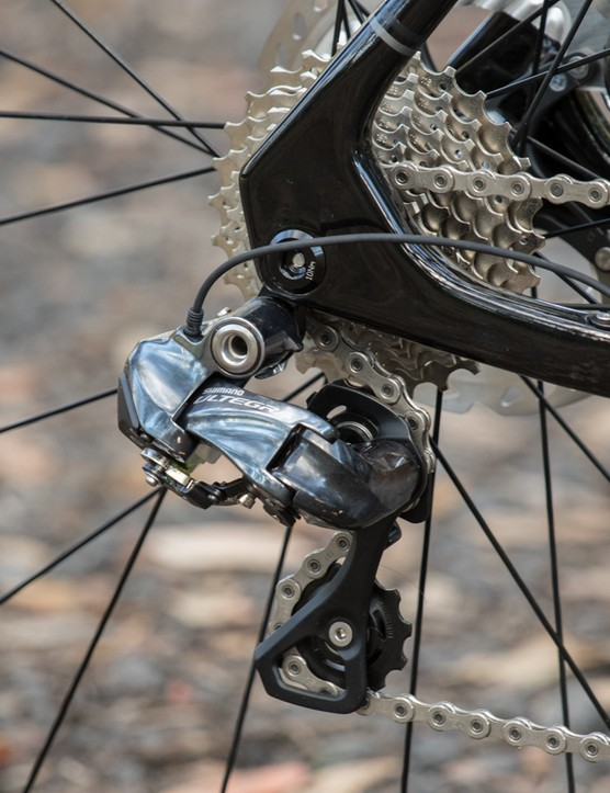 Shimano Ultegra Di2 out back motors along a wide 11-28T cassette. Where it's common for brands to save a little and use a 105 cassette, Polygon sticks with an Ultegra model