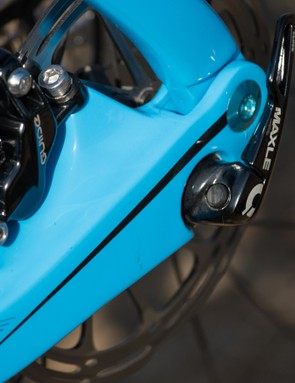 The rear brake sits inboard, completely away from any heel rub or other issue