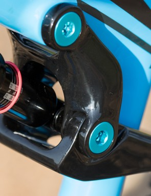 A one-piece carbon rocker link is ultra-stiff, but its width may be noticed by narrow stance riders