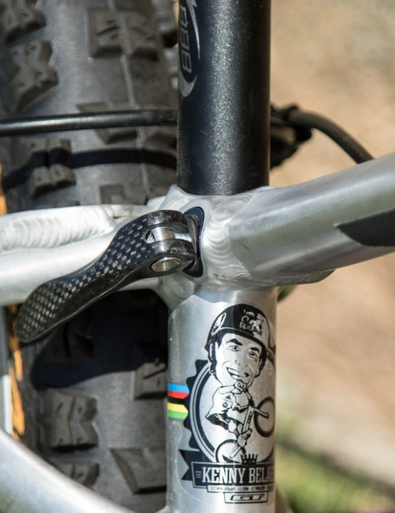 This carbon seatpost quick-release lever clips into the frame. This allows for complete removal of the saddle, seatpost and clamp