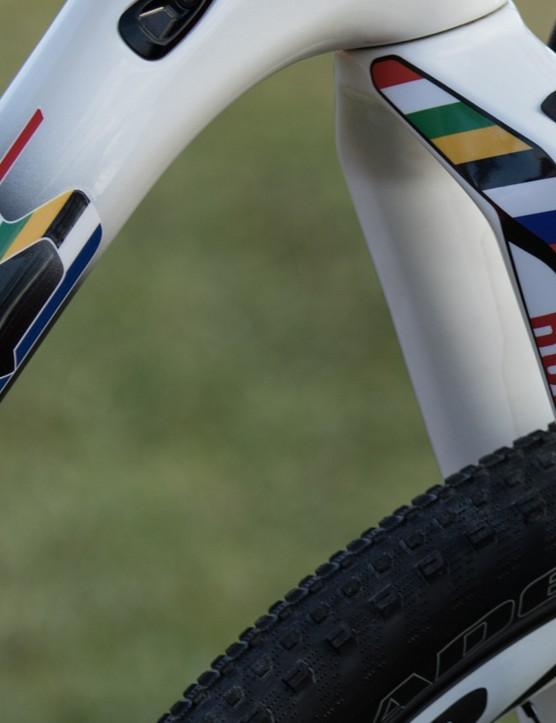 The custom painted frame and RockShox RS1 fork feature the colours of the South African flag and world championship rainbow