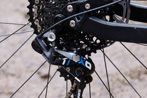 The 180mm rear rotor boosts stopping power on faster, longer descents