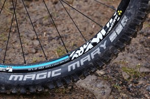 The Schwalbe Magic Mary up front offers outstanding all-round grip, while the semi-slick Rock Razor out back adds easy speed