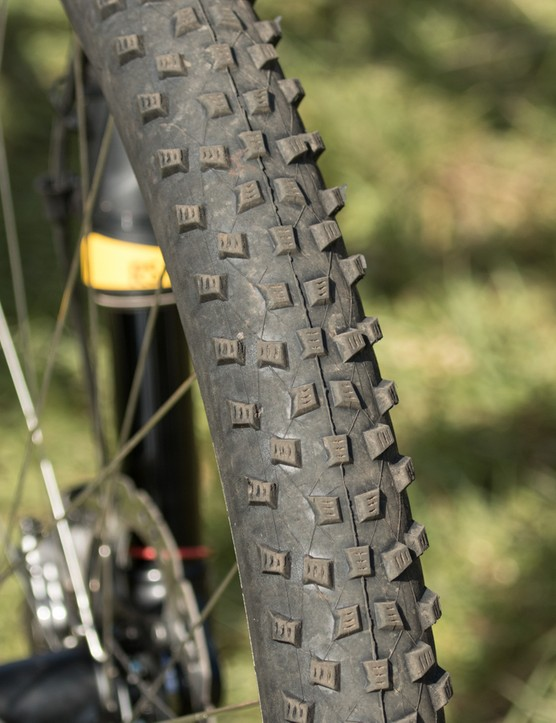 2.25in width Schwalbe Rocket Ron rubber is setup tubeless. These are the mid-weight 'snake-skin' model