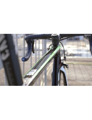 The streaks of green down the corners of the top tube are in keeping with the Movistar team colors