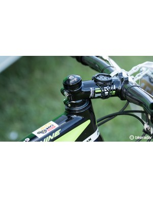 Hermida previously told us that his height is best suited to the 27.5in wheel. With this, he removes the headset topcap to get a lower handlebar height with a 29er