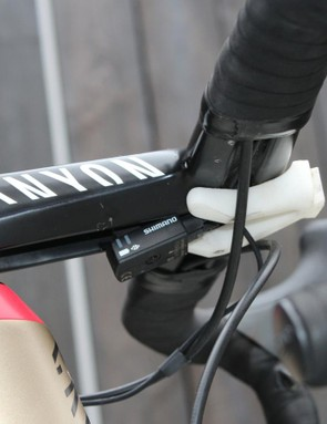 Katusha's mechanic cleverly use the SRM head unit mount to wedge the Shimano Di2 junction box in place, avoiding cluttering the stem with Shimano's stock rubber-band mount