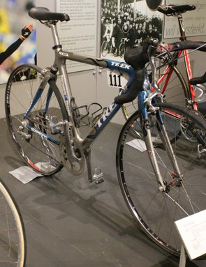 In 2015, Team Sky rode the Tour of Flanders on an elastomer-suspended road bike, the Pinarello Dogma K8-S. But it certainly wasn't the first. This Discovery Channel Trek borrowed the elastomer suspension design from then-sister brand Klein