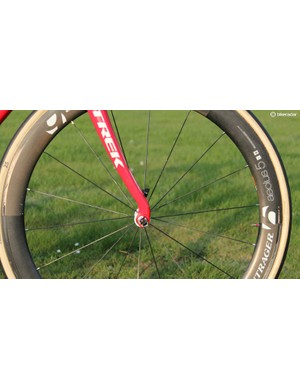 The Domane Koppenberg, on the other hand, has a steep head tube angle, and since it uses the Domane fork mold, it has drastically shaped aluminum fork tips that bring the droputs back towards the bottom bracket