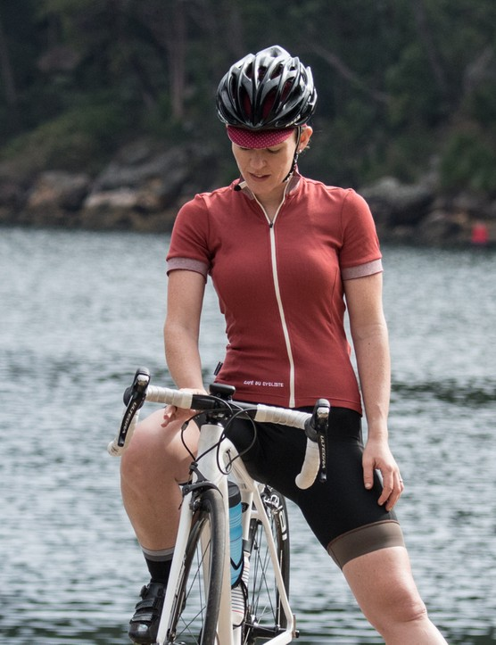 The women's Violette jersey's main material is luxuriously soft against the skin. The silicone leg grippers of the Antoinette bibs do their job without leaving any bulges or marks