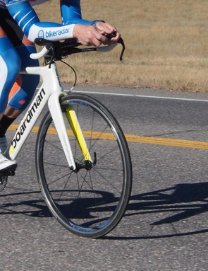 The Boardman AiR/TT 9.4 Di2 has some road-like geometry, with a high BB and a steep head tube