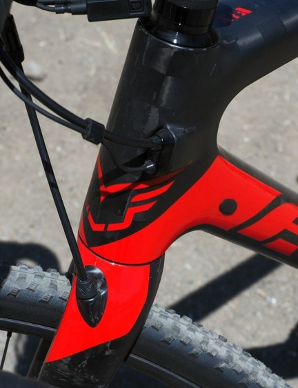 The internal cable routing setup is very adaptable, not only allowing for electronic or mechanical drivetrains but even leaving room for a stealth-style dropper seatpost
