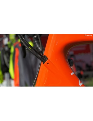The internal cable routing setup can be adapted for a wide range of drivetrain and brake configurations