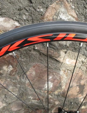 The Mavic Aksium ONE Disc wheels might be hefty, but match nicely with the paint job