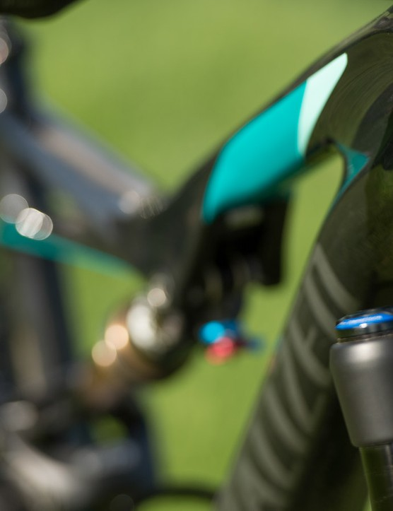 The cable routing has been carefully designed and is fully enclosed so as not to interfere with stored objects. This also makes for easier serviceability
