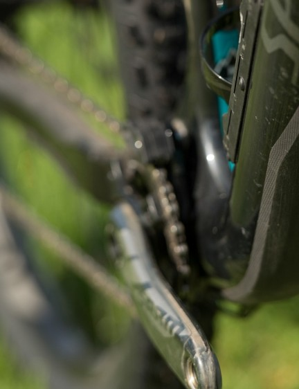 Lower down, the cables run on the outside of the frame, and are protected by an external plastic layer. This also protects the frame should debris from the trail jump up and bite during a wild descent. A honeycomb-like plastic stopper inside the frame prevents your goods sliding down into the bottom bracket area
