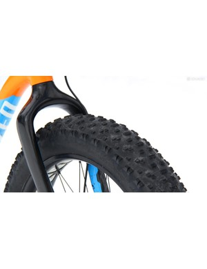The carbon fork has ample clearance