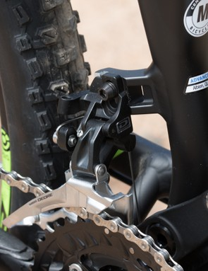 A direct-mount front derailleur tab sits clear of the suspension linkages