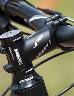 A high quality and stout stem holds the 740mm width handlebar. No complaints here