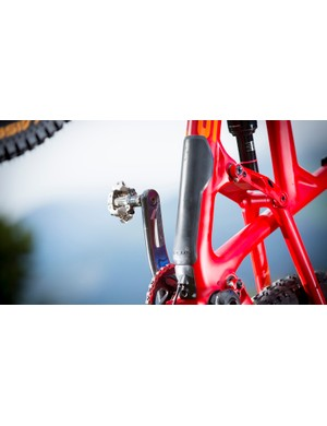 A rubberised downtube guard protects the frame from impacts