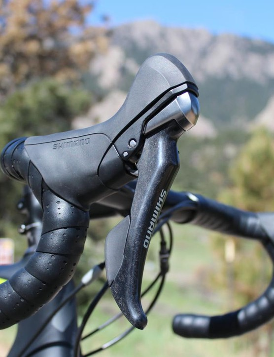 Shimano's 11-speed mechanical RS685 shifters operate the hydraulic R785 brakes