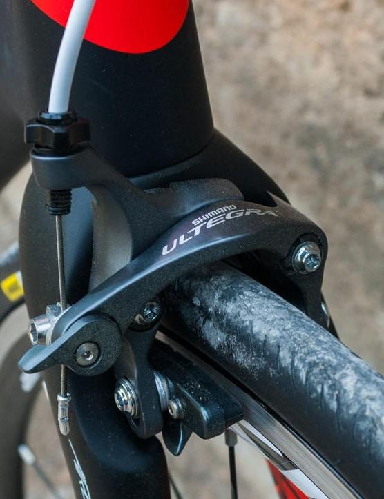 The Ultegra calipers look good against the black of the bike