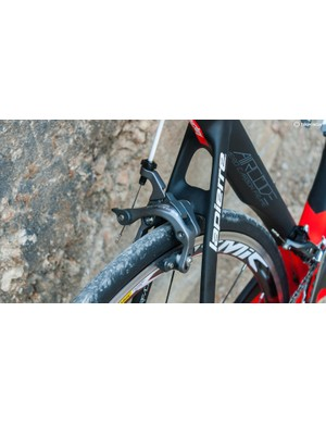 The seatstays kink gently outwards and with 25mm rubber on, the seatstay bridge sits close to the top of that tyre
