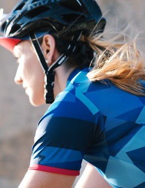 Printed in a striking pattern, the jersey features the Women's 100 logo on the back pocket and back of the neck