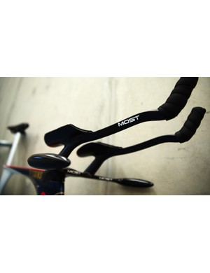 The bike features a one-piece handlebar system created with laser sintering technology