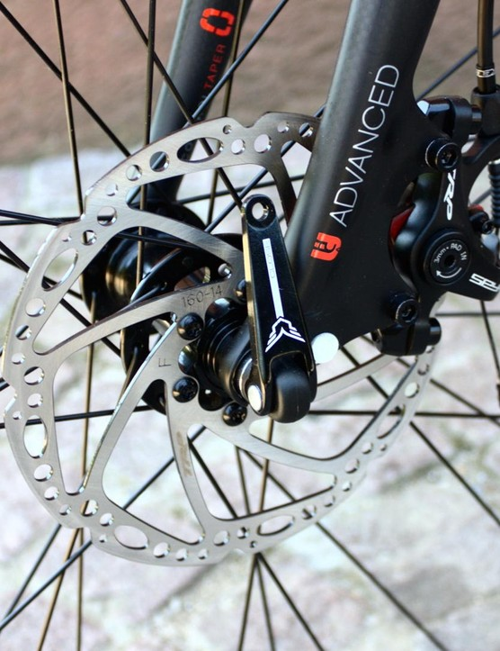 The Spyre discs are attached via IS mounts on the carbon fork