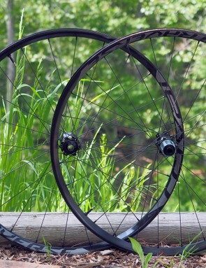 Want to go wide but not interested in dropping a huge amount of cash? The Specialized Roval Traverse Fattie 650b wheels feature 29mm-wide (internal width) tubeless aluminium rims laced with DT Revolution spokes to DT Swiss 350-based hubs. All things considered, the pricing is quite reasonable