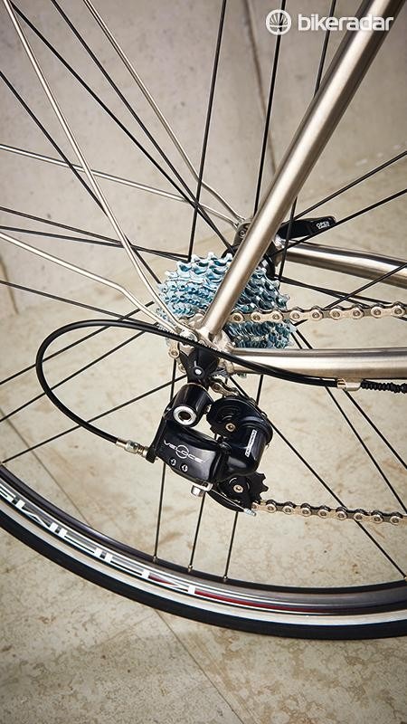 The Tifosi sports a Campagnolo Veloce 10-speed groupset