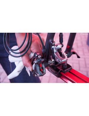 Side by side with a standard Force caliper, the Flat Mount Red version is a lot more elegant
