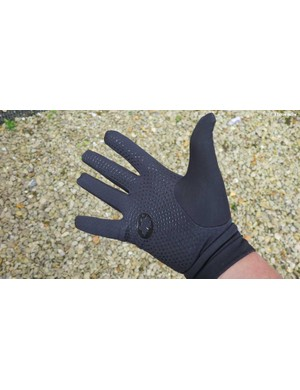 …with a silicone patterned palm and forefingers for plenty of grip