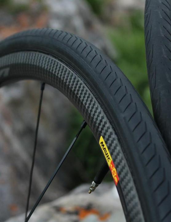 Mavic supplies tyres with its wheelsets. The clincher version comes with 25mm GripLink front and 25mm PowerLink rear