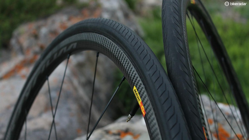627742617d5 Mavic supplies tyres with its wheelsets. The clincher version comes with  25mm GripLink front and