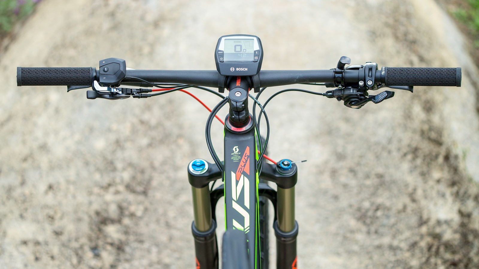 There's plenty to fettle with while you ride, including a the TwinLoc suspension remote and RockShox Reverb remote