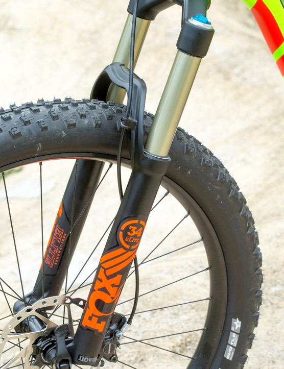 While there's 130mm of travel at the rear, the Fox 34 Float Performance fork with FIT4 damper pumps out 140mm of travel