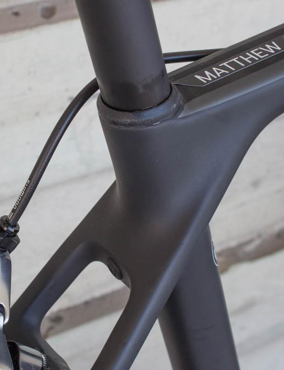 That rubber plug conceals the seatpost clamping bolt, making for very clean lines