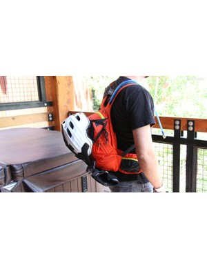 In addition to carrying 3l of water, the Skyline 10 L can carry your helmet and pads