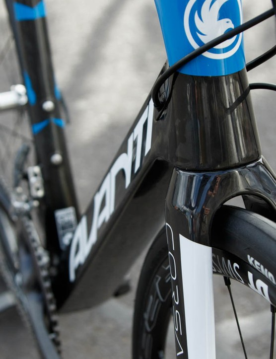 An ultra wide and near triangular down tube flows on from the head tube