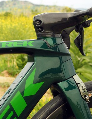 As expected, Trek continues to refine its Kammtail Virtual Foil tube shapes, which feature flat trailing edges that supposedly maintain the aerodynamic benefits of traditional airfoils but with increased stiffness