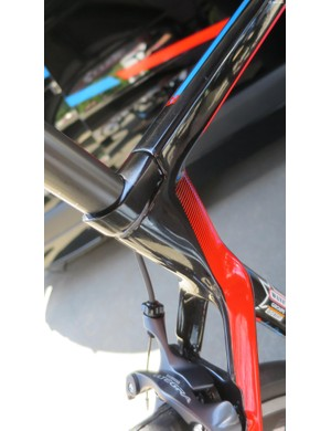 The hidden seat clamp and the way the stepped-down seatstays flow out of the top tube and seat tube is very Aerium TT-looking