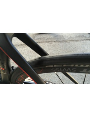The 28c tyre clearance looks significantly bigger on the brake bridgeless disc model