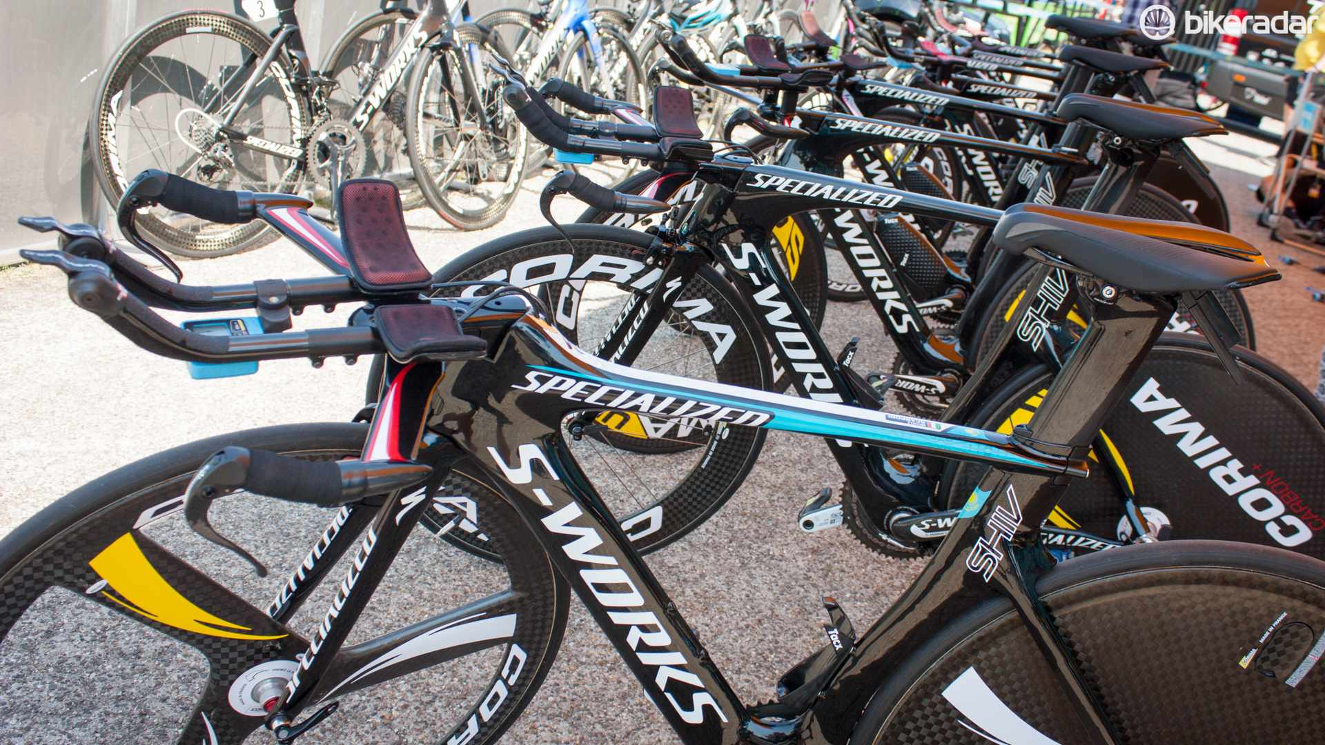 A few of Astana's Specialized Shiv TT bikes featured a custom Astana paint job