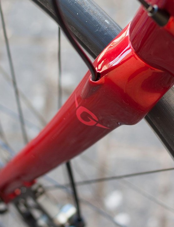 Clever cable routing for both the frame and the 15mm thru-axle fork